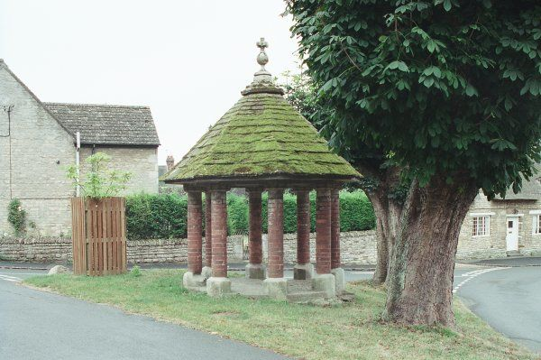 Old Pump House. Small octagonal openwork structure with circular brick piers. IoE 187357